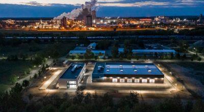 Dock3 Lausitz - Gebäudeansicht bei Nacht - chairlines medienagentur